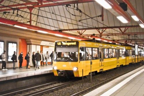 Memotong jalan ke stasiun S-Bahn lewat stasiun U-Bahn.